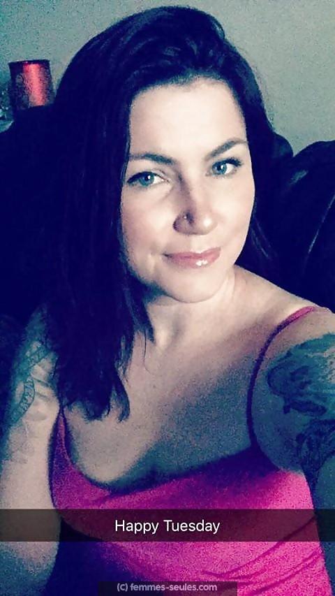 Marie, femme aimant les tatouages cherche barbu tatoué pour câlins